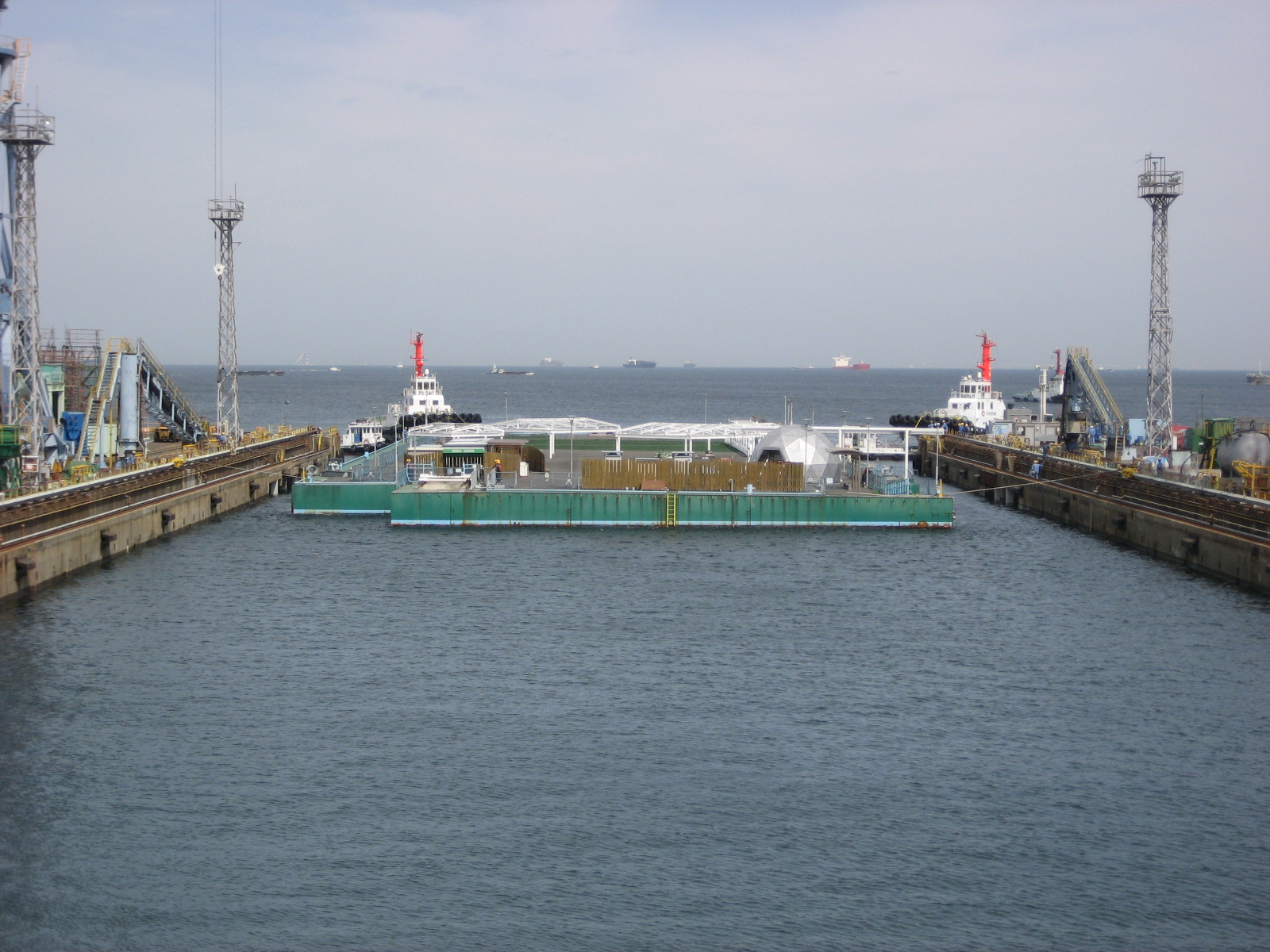 "Arrival of ""Mega Float"" at the Yokohama port:photo1"