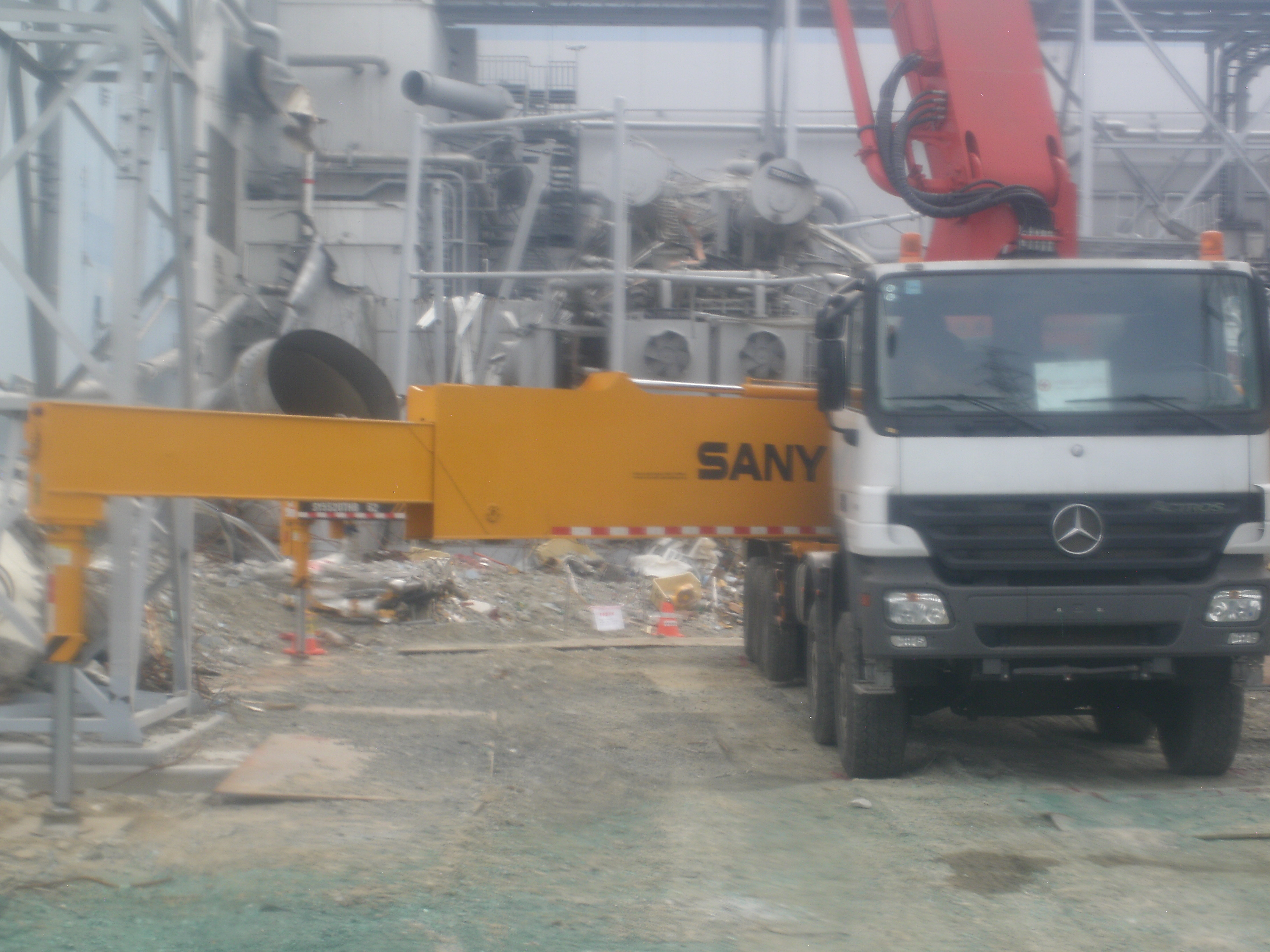 Fukushima Daiichi Nuclear Power Station Rubble around  the reactor building (2)