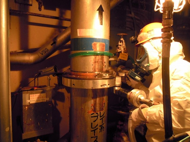 11st floor of Reactor Building, Unit 1, Fukushima Daiichi Nuclear Power Station Cutoff operation for a spray system pipe of RPV <During the operation (bottom part of the pipe)>
