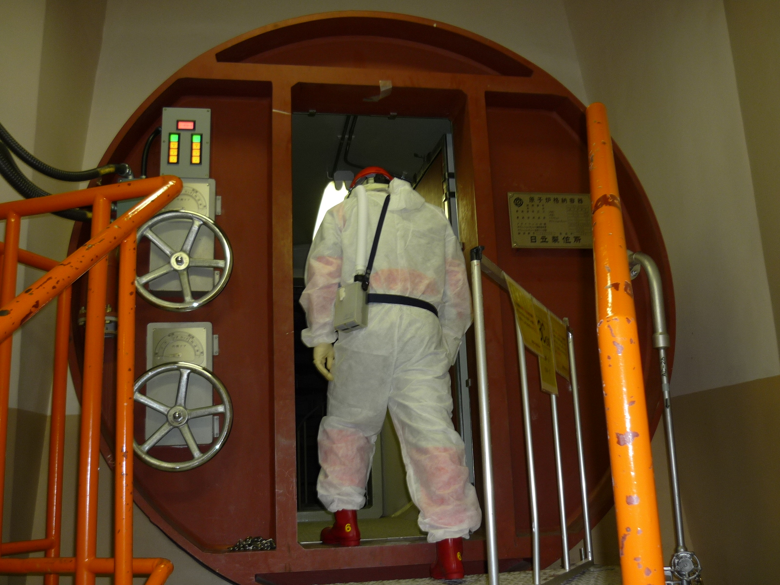 Checking inside of the reactor containment vessel of Unit 4, Fukushima Daini Nuclear Power Station (Opening an airlock door for workers)